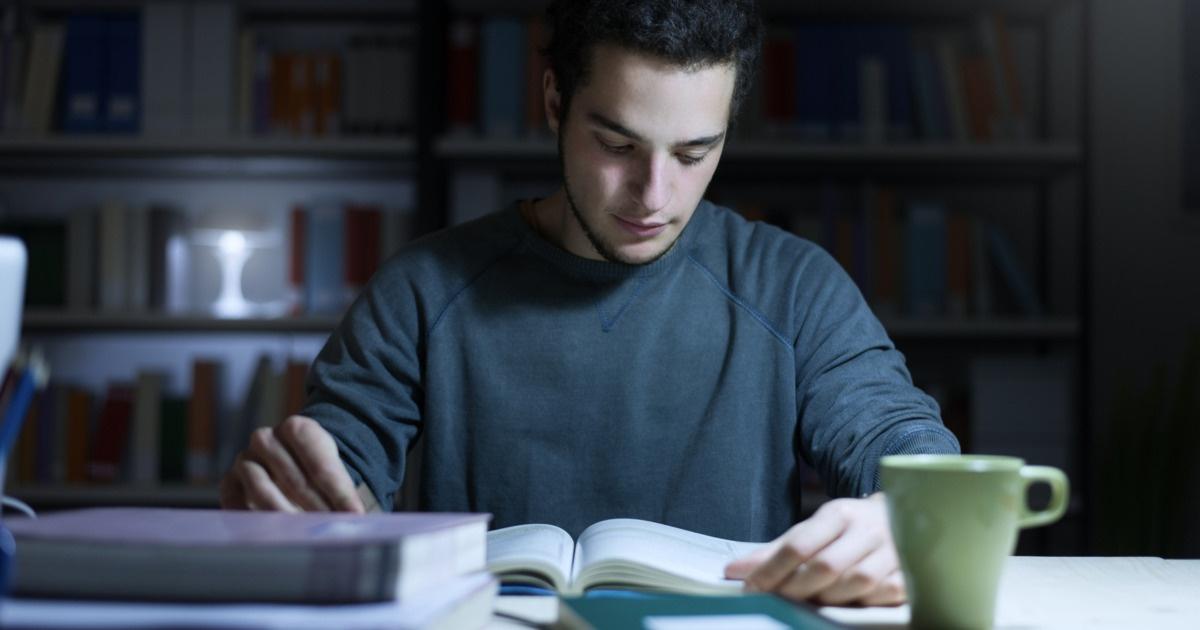 勉強している画像